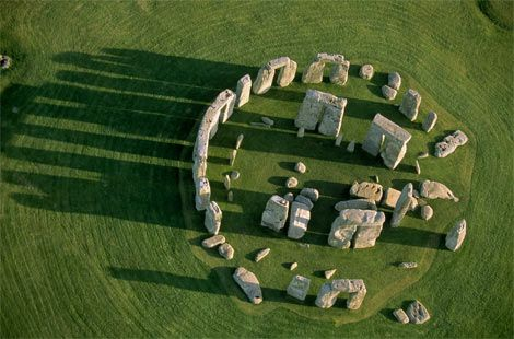 Crómlech «curvado» (crom en femenino), y lech, «piedra plana» (piedra plana colocada en curva). Formado por varias decenas de menhires plantados en círculo. El más famoso: Stonehenge