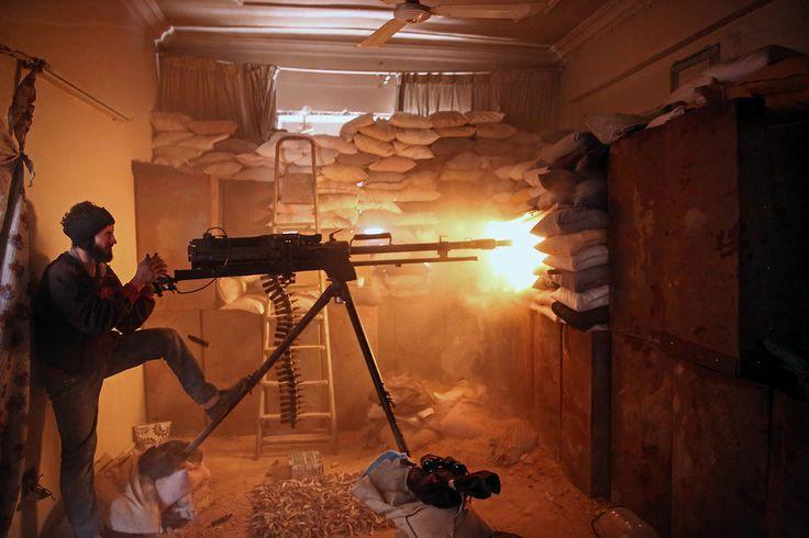 Un insurgente dispara con una ametralladora pesada en un suburbio de Damasco. Foto: Amer Almohibany/AFP/Getty