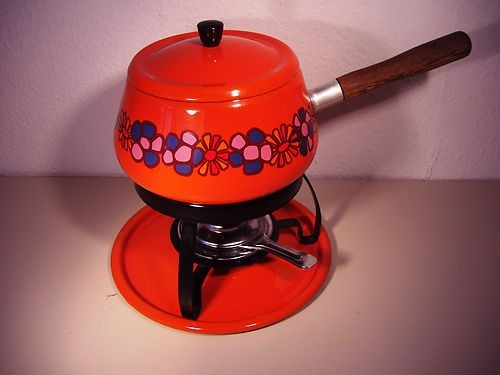 Fondue pan jaren 70. Deze hadden we thuis. Te vaak mijn tong verbrand aan de hete olie.