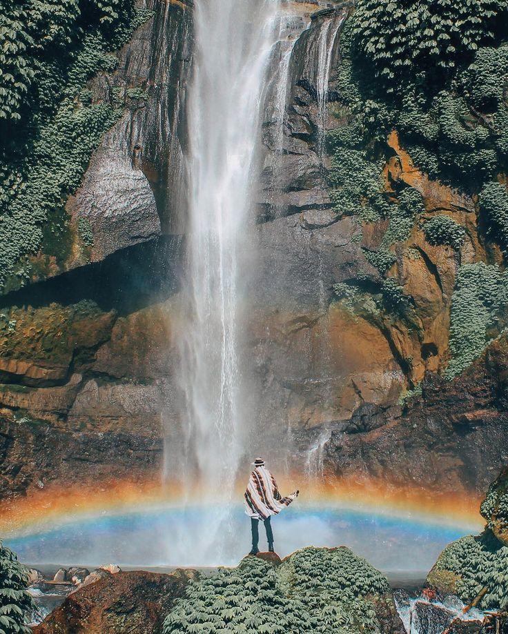 Berwisata ke Bali tidak harus ke pantai melulu. Selain kaya dengan pesona pantainya, di daerah Buleleng ternyata terdapat sebuah spot wisata alam yang memberikan corak berbeda bagi wajah wisata Bali. Air Terjun Sekumpul, begitulah nama yang melekat di spot air terjun indah yang berada di bagian utara Pulau Bali ini.
