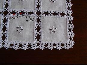 Pormenor dos quadradinhos de linho, com bordado e picô de crochet