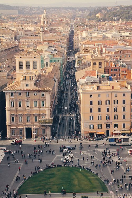 """Via del Corso: Roma, Italia A great shopping street with lot"""" s of little side streets with specialty shops"""