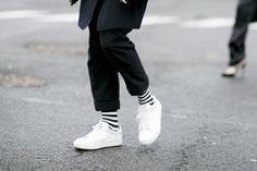 Se adori lo stile maschile e garçonne affidati al bianco per le sneaker per un effetto contrasto. Tanto grigio antracite, tessuti sartoriali e righe sottili