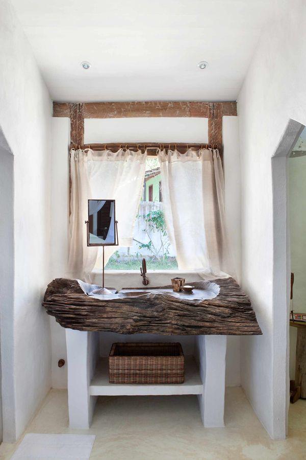 Casa de praia em Trancoso - Decoração rústica e aconchegante - Casa Tiba - Banheiro branco e madeira ( Projeto: Vida de Vila )
