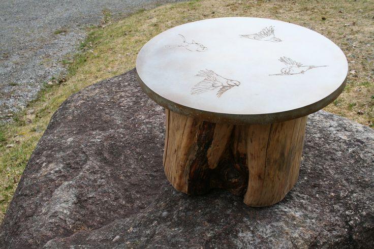 table en béton poli coloré aux acides avec bûche / concrete coffee table with acide stain