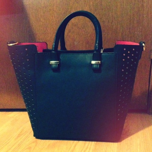 Wanna win a Handbag?  Why, of course you do!! Win this stunning David Jones bag!! Find out how here:  ishotthesheriff.ca! xox