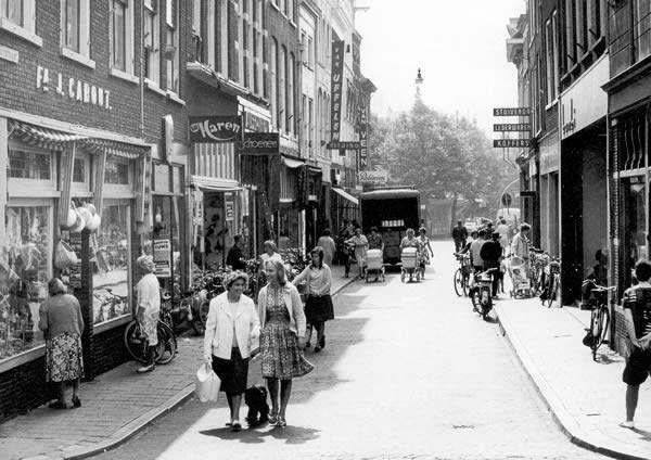1970 Nog een straat dat eeuwenlang een deel uitmaakt van Delft. In 1375 nog genaamd Jacob Gherydssoen steghe en in 1543 als Jaep Gerritsz. straet. In het heden heet het de Jacob Gerritstraat!