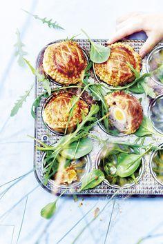 Recette Mini-pâtés de Pâques aux œufs de caille : Préparation: 45mn >Cuisson: 25mn > Au frais : 30mnEtalez la pâte feuilletée et découpez 32...