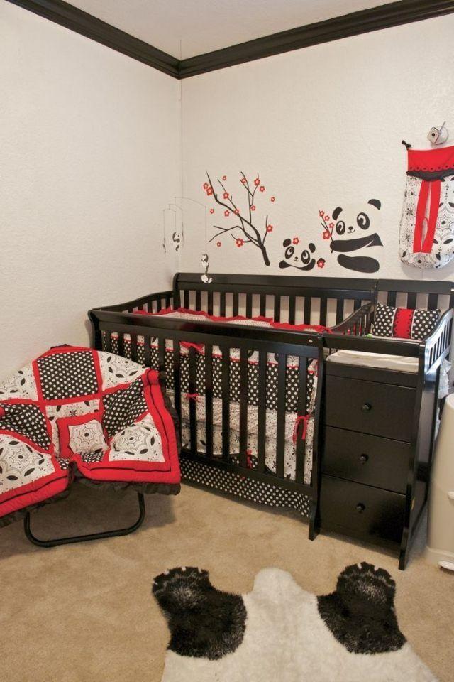 Chambre de b b avec un lit en bois et d co murale sur le - Deco murale chambre bebe ...