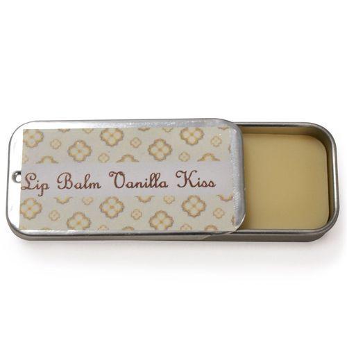 Vanilla Kiss - LippenBalsam - Kombination mit pflegendem Bienenwachs, Mandelöl und Kakaobutter. Handgemachte Naturkosmetik mit etwas Sheabutter und Rizinusöl, um Ihren Lippen noch eine extra Portion Pflege und Glanz zu gönnen. Der Lippenbalsam zieht schnell ein und hinterlässt eine weiche, samtene Oberfläche.