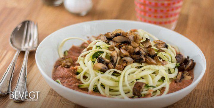 Du magst Pasta? Dann wirst du rohe Zucchini-Spaghetti lieben! Unser Rezept ist schnell zubereitet, glutenfrei und natürlich 100% pflanzlich.