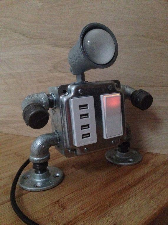 Conception de la lampe à la main « robot industriel » avec 4 fonctionnement prises USB et un interrupteur style decora lumineux. Cette lampe est fait à la main dans mon atelier de Brooklyn. (et est génial)