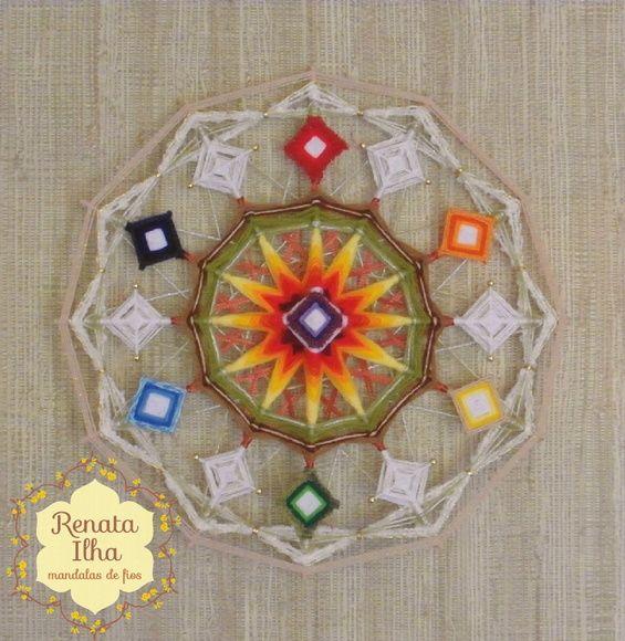 Mandala de 12 pontas, 40X40cm, com estrutura de varetas de bambus de 0,5cm.    A mandala de 12 pontas representa os ciclos que se completam, findam e reiniciam na espiral da plenitude, inspirando o sentimento de missão cumprida. Composta por seis chakras que circundando o sol irradiando o Prana e imantando o primeiro de todos, o Coronário, nosso eixo, nossa entrada. O círculo dos seis chakras vibra a energia do 6, número que remete ao amor e harmonia com a família, ao bem-estar de se sentir…