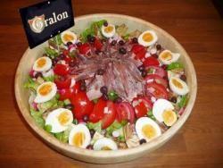 Spécialité emblématique de la ville de Nice, la salade niçoise donne lieu à de multiples variantes, plus ou moins