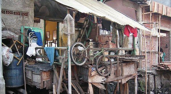Vu sur Airbnb : passez vos vacances dans un bidonville en Indonésie ! Le but de cette annonce est de «lever des fonds et créer une prise de conscience des problèmes posés chaque année par les inondations», explique The Next Web:      «Pour renforcer les barrages contre cette invasion aquatique, la Banana Republic a besoin d'argent. Et c'est là que vous entrez en jeu.»