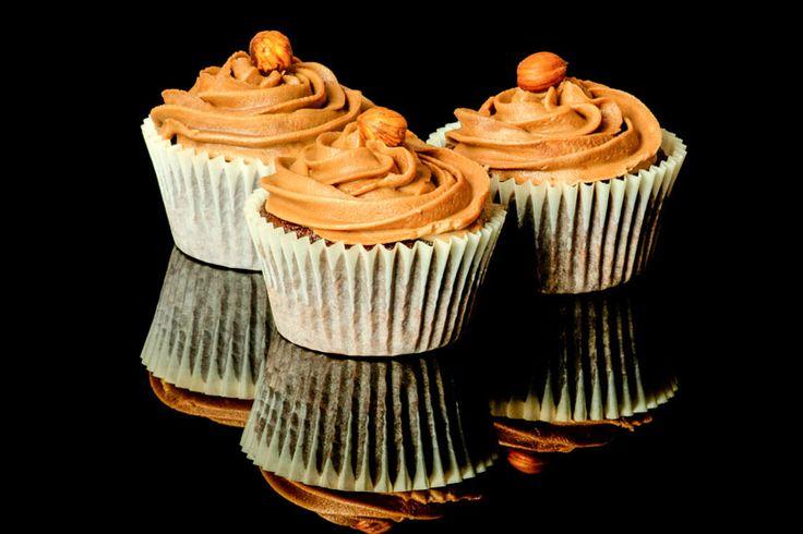 Rezept für Low Carb Nuss-Cupcakes mit Nougat-Frosting. Sie sind ohne Zucker und Getreidemehl  gebacken, kalorienreduziert und gut verträglich. Kohlenhydratarm genießen ...