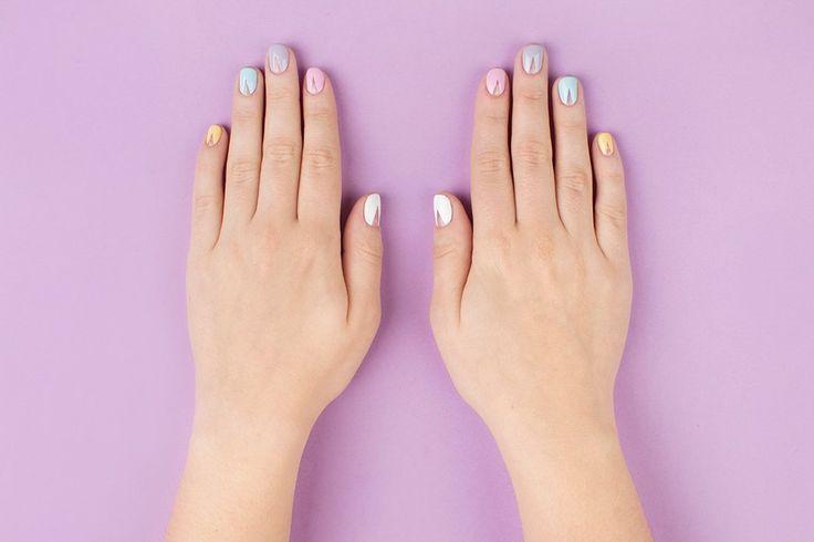 Одноцветный вариант смотрелся бы более строго, а разноцветные пастельные ногти выглядят мило.. Изображение №2.