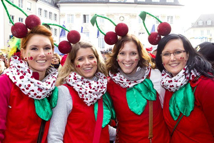 Sessionseröffnung auf dem Markt am 11.11.2014: Vier als Kirschen verkleidete junge Frauen