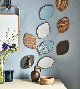 Dei sottopentola in sughero, dipinti con un colore diverso per ogni coinquilino e appesi alla parete, diventano piccole bacheche personali - IKEA