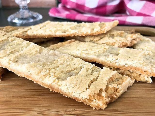 Naturligt glutenfria kolakakor 100 g rumsvarmt smör 1 dl strösocker 1 msk ljus sirap 1 msk vaniljsocker 1 tsk bikarbonat 1 1/2 dl rismjöl 1 1/4 dl Maizena majsstärkelse Rör ihop smör, socker och sirap