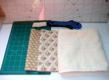 Como fazer o Seminole   Separe:  1 toalha de rosto medindo 80x40cm Tecido 100% algodão em dois tons em composê, 20cm de cada 1 metro de renda de algodão crú 5 botões forrados nº12 (opcional) material para costura  Escolha um dos tecidos de algodão e corte duas tiras de 60x8cm.  No outro corte uma tira de 60x8cm e mais duas tiras de 45x5cm.   Costure as três tiras de 60x8cm no sentido do comprimento, intercalando as estampas.   Passe a ferro as tiras costuradas.   Corte a tira em…