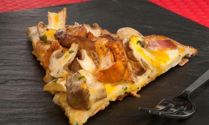 Receta de Pizza de setas, foie y yema de huevo   Más info: http://www.hogarutil.com/cocina/recetas/pastas-pizzas/201406/pizza-setas-foie-yema-huevo-25087.html#ixzz3FkQqgMvl