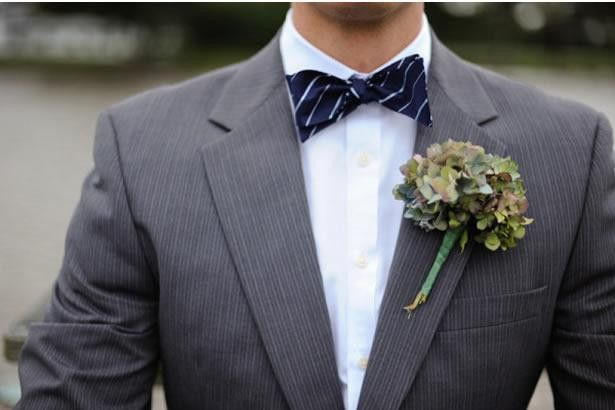 With the wedding season upon us, many to-be-grooms may be panicking with what bow ties to pair with their wedding suit. For someone who isn't into wearing bow ties too often, pairing one with a suit can certainly be overwhelming. Add to it the innumerable choices available in bow ties designs, which make it even more difficult to pick one. If you're having sleepless nights because of this, the tips in the following article should help you get sorted. Read on to know.