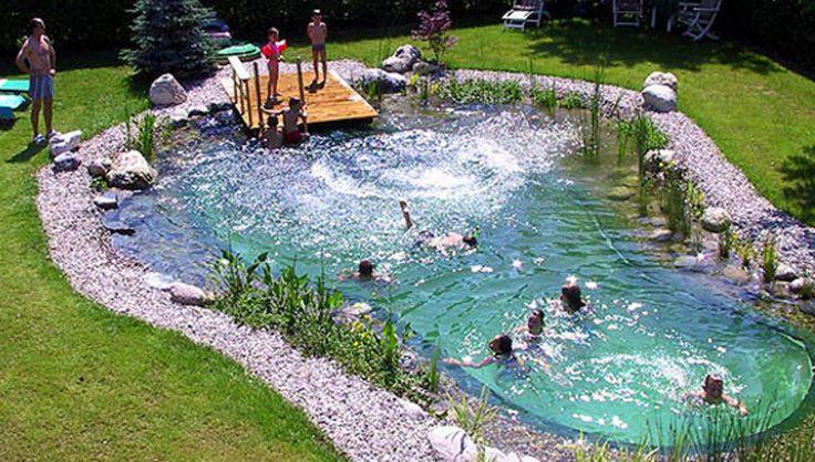 Ein Schwimmteich stellt eine erhebliche, auch bauliche Veränderung des Gartenbildes dar und sollte daher von Anfang an gut geplant werden. – Sari Blubb