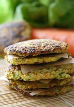 Zöldséges kölespogácsa Legújabb receptünk kiválóan elkészíthető húsmentes péntekekkor salátához, vagy főzelékekhez egyaránt, de szép színei miatt a gyerekek kedvence is lehet. Hozzávalói hozzájárulnak a napi vitamin-, ásványi anyag-, és rostbevitelünkhöz is! A recept gluténmentes és laktózmentes is, így mindkét diétába könnyen beépíthető.