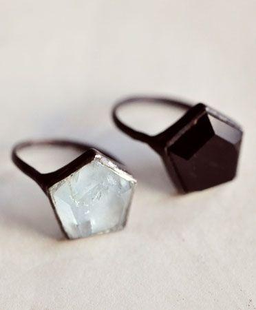 Los clásicos anillos de compromiso han quedado en el pasado, lo de hoy son diseños originales que harán que quieras presumirle a todos tu próxima boda. 1. Está increíble sólo el contorno. 2. Simple y hermoso. 3. ¡Wow! Espero que algún día me entreguen éste con una linda nota de amor. 4. Me encantó el color. …