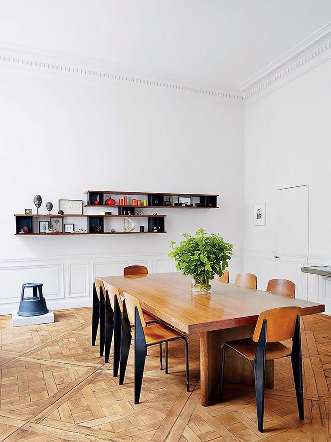 Sala de Jantar com Mobiliário e Piso de Madeira