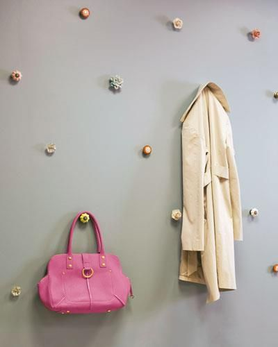 convierte un trozo de la pared en un colgador para chaquetas y bolsosuna idea