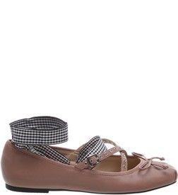Em um modelo nada tradicional, a sapatilha em couro na cor Smoke Rose tem uma faixa no tornozelo e outra no peito do pé, além de duas tiras finas decoradas com ilhóses e laço no cabedal. Um calçado c