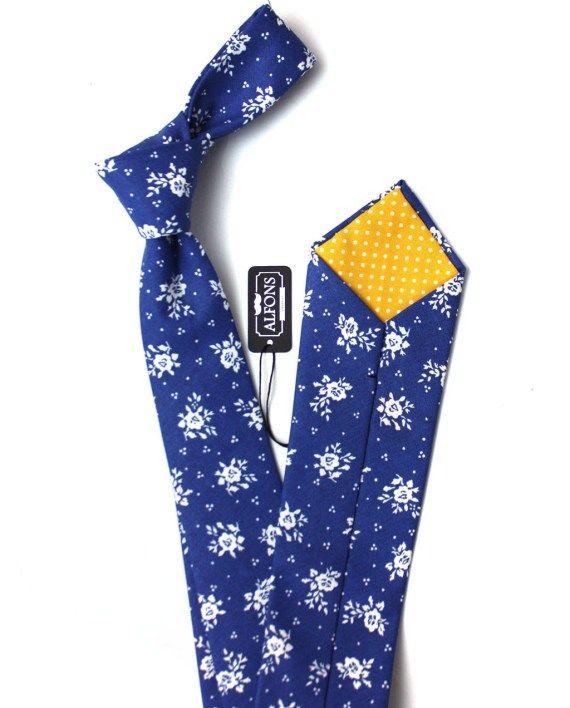 Sytě modrá kravata s bílými květinovými detaily Alfons.cz