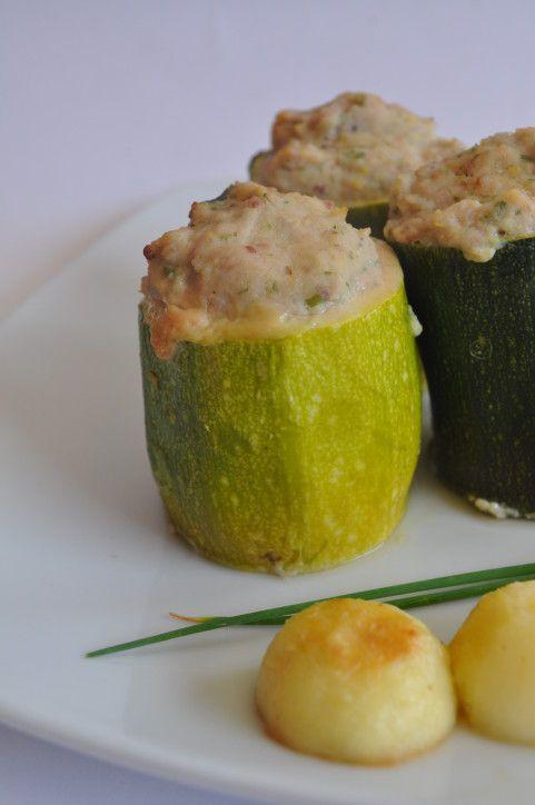 Pour écouler les nombreuses courgettes produites dans mon potager, je réalise souvent des légumes farcis. J'aime varier la farce et le mode de cuisson de ces légumes. La recette du jour est légère, les courgettes sont farcies avec un mélange de jambon...