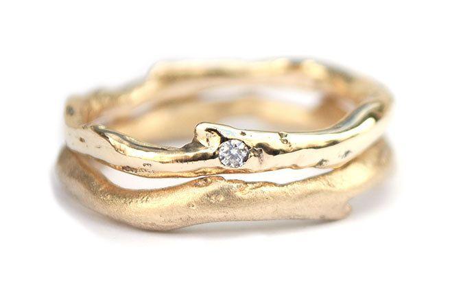 Organische trouwringen met diamant. De prijs van de ringenset in 14krt gerecycled goud met 1 diamant ligt rond de €1450,-
