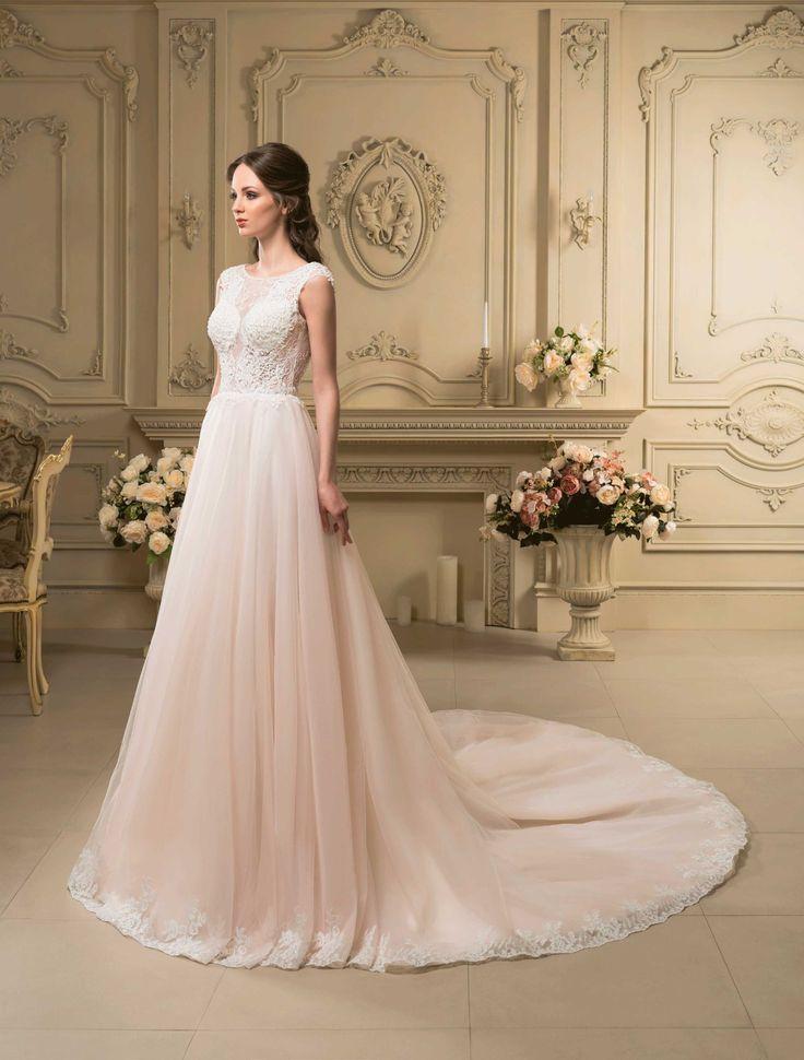 Nádherné svadobné šaty s krajkovaným živôtikom a sukňou s dlhou vlečkou