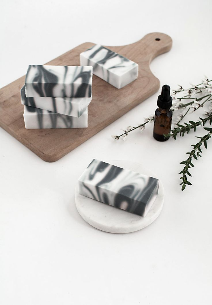 DIY Marmeren zeep. Wil jij jouw marmeren badkamer of marmeren toilet helemaal af maken? Dan ontbreekt alleen deze 'marbled soap' nog. // via Homey Oh My