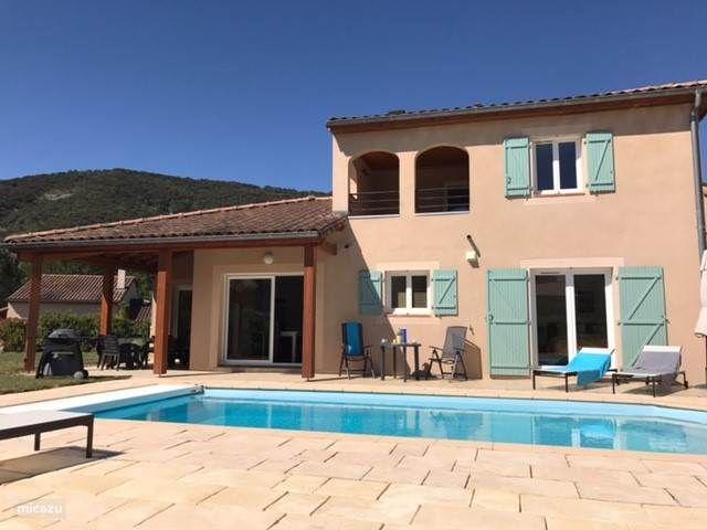Groot terras aan het zwembad. Voldoende zon en schaduw in de zomer.