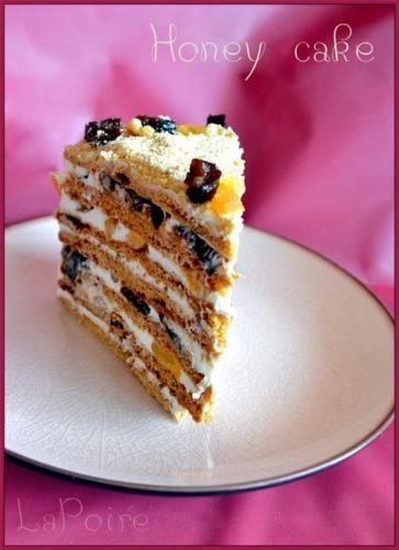miodowy tort ze śliwkami, orzechami i morelami suszonymi