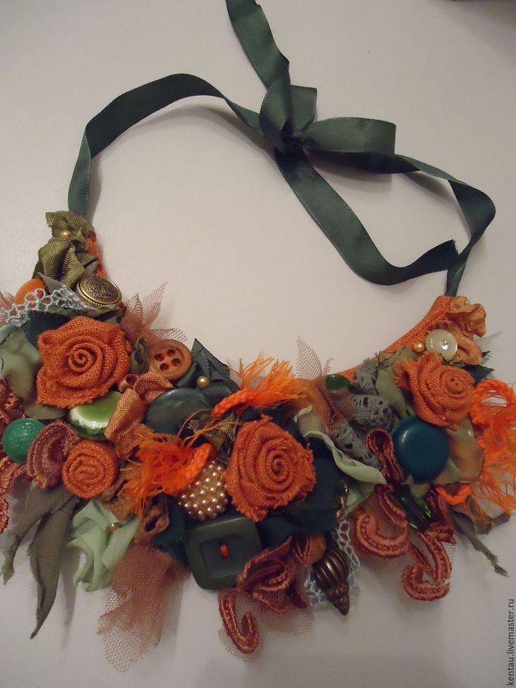 Купить или заказать Колье текстильное 'Оранжевые розы' в интернет-магазине на Ярмарке Мастеров. Текстильное колье в ярких тонах. Для создания этого украшения я использовала всевозможные кружева, пуговицы, бусины и, конечно, розы из оранжевого льна. Колье будет прекрасным дополнением к Вашему образу.…