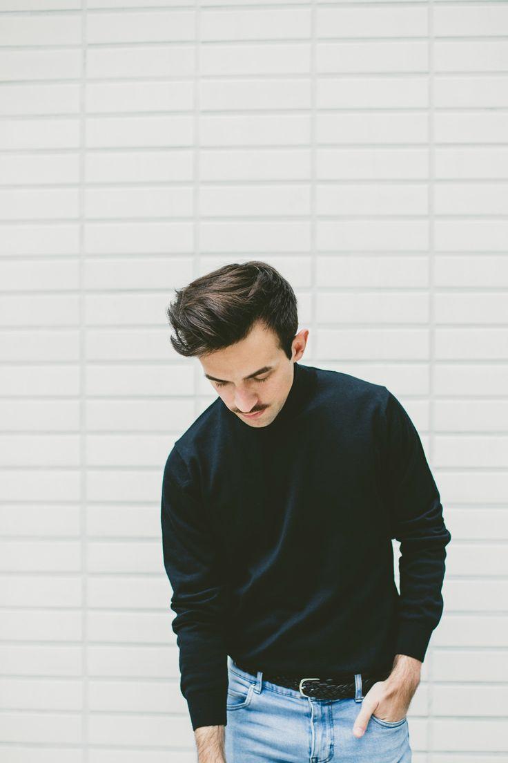 Jimmy en jeans clair et col roulé noir #style #menstyle #mensfashion #fashionblogger #look