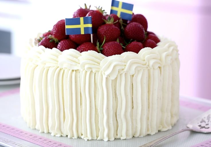 This Friday it´s Midsummer's Eve, in Sweden which is one of the most celebrated holidays in Sweden. Midsummer's is the night to stay up all night its sunlight almost 24 hours in some parts of the country! We eat good food and spend time with family and friends. For desserts, nothing beats a classic strawberry