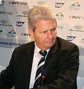 Dietmar Hopp (* 26. April 1940 in Heidelberg) ist ein deutscher Unternehmer und Mitbegründer der SAP AG.  Einer breiteren Öffentlichkeit wurde er als Mäzen des Profifußballvereins TSG 1899 Hoffenheim bekannt.