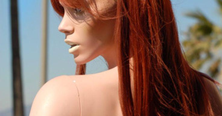¿Cuánto tiempo debo esperar para lavarme el cabello luego de teñirlo?. Si tiñes tu cabello en casa o profesionalmente en un salón, el tiempo de espera recomendado antes de lavártelo es de 24 horas. Si utilizas un doble proceso de color (por ejemplo, una base de color y reflejos), intenta pasar 48 horas sin lavarlo para que tu pelo y cuero cabelludo acumulen nuevamente sus aceites naturales.