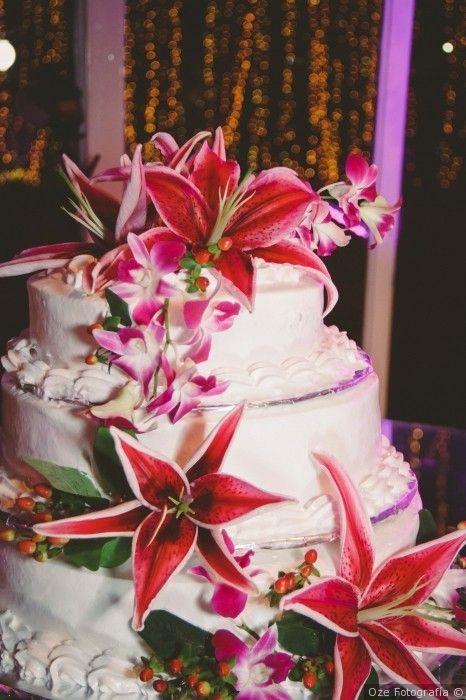Pastel de boda con flores en colores intensos para el gran día