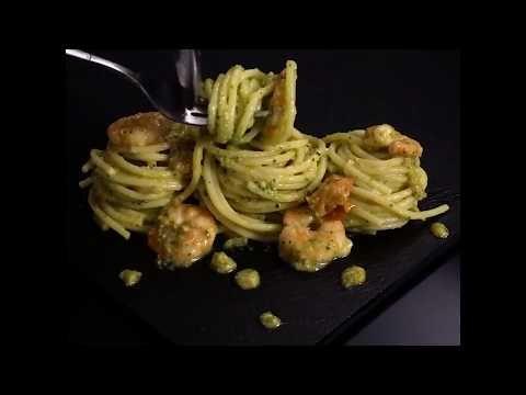 Spaghetti con pesto di zucchine, gamberetti e pomodorini. - al.ta.cucina