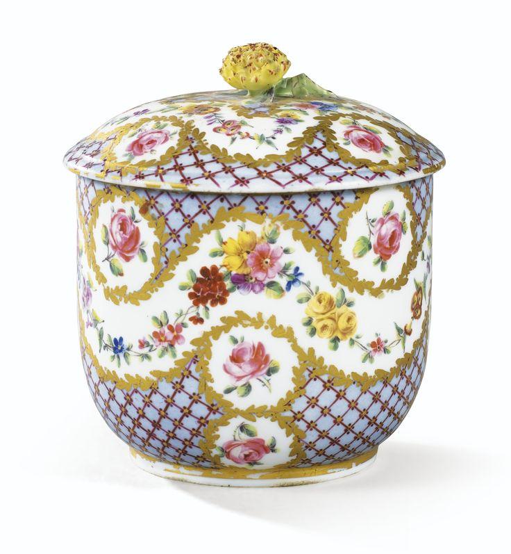 Pot à sucre Calabre couvert en porcelaine tendre de Sèvres du XVIIIe siècle, daté 1774   Lot   Sotheby's