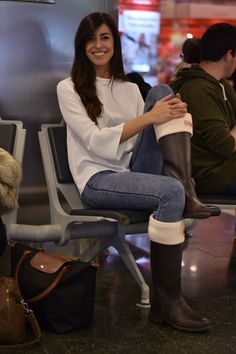 Claudia Peris wearing white blouse, skinny jeans, hunter boots and socks, and long champ bag. Airport style (midilema.com)