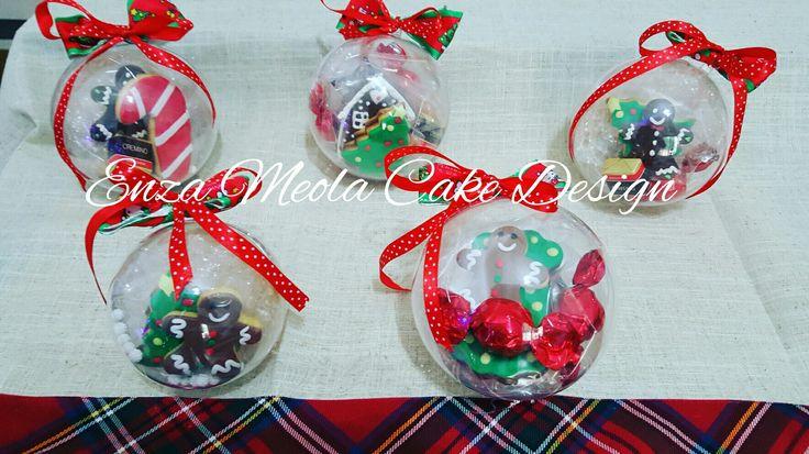 Palline natalizie con biscotti decorati e cioccolatini.